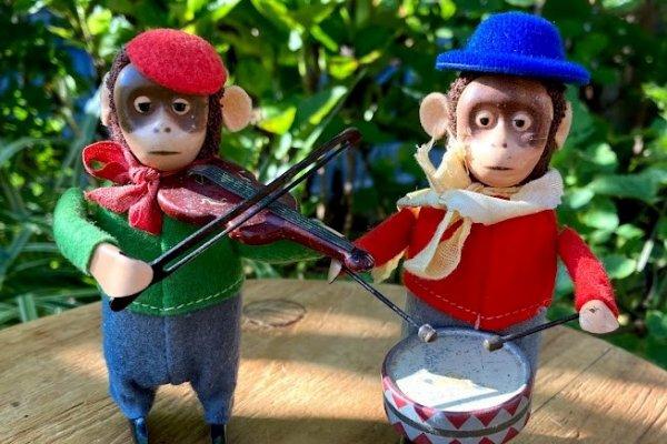 世界中で演奏する2匹のチンパンジー  シュコ社