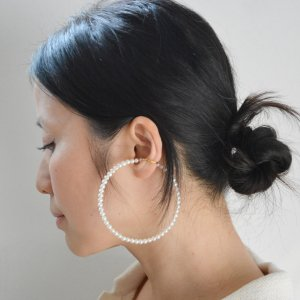 Saskia Diez / BIG PEARL AND GOLD EARCUFF