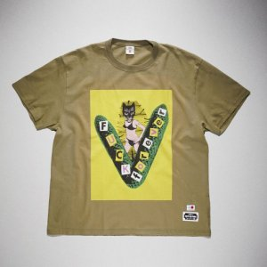 <img class='new_mark_img1' src='https://img.shop-pro.jp/img/new/icons8.gif' style='border:none;display:inline;margin:0px;padding:0px;width:auto;' />KIDILL x EDWIN-FUCK FOREVER PRINT TSHIRTS (KHAKI)
