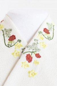 黄色の花と蛇苺がコロンと可愛い刺繍半襟