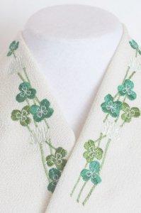 四葉のクローバーがさりげない刺繍半襟