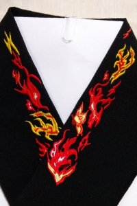 燃え上がる炎と蝶の刺繍半襟