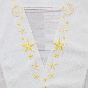 <img class='new_mark_img1' src='https://img.shop-pro.jp/img/new/icons6.gif' style='border:none;display:inline;margin:0px;padding:0px;width:auto;' />黄色の星がきらめく刺繍半襟(男女兼用デザイン)