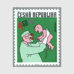 チェコ共和国 1999年赤ちゃんを抱きあげる医者