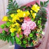 フリージア15本と季節の花の豪華花束、北海道、中国、四国、九州以外は送料無料