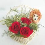 母の日にプードル飾りのプリザーブドフラワーハートワイヤーカゴアレンジケースに入れて赤色