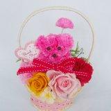 母の日にアートフラワーのプードル飾りのプリザーブドフラワー・カゴアレンジケースに入れてピンク