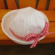 白い帽子 赤のチェックリボン 28cmサイズ