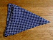 濃紺地に白の格子柄の子ども用三角巾・・ゴムタイプ