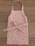 ピンクのフラワーリース柄のエプロン・28cmサイズ